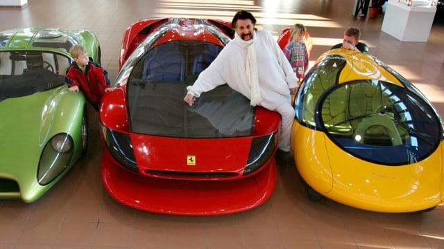 Luigi Colani cun trais autos designads dad el.