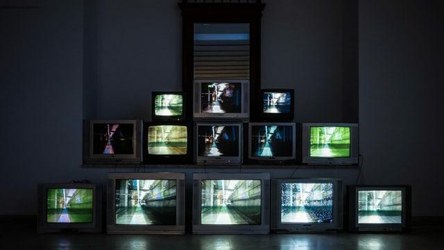 verschiedene Fernsehbildschirme mit demselben Bild.
