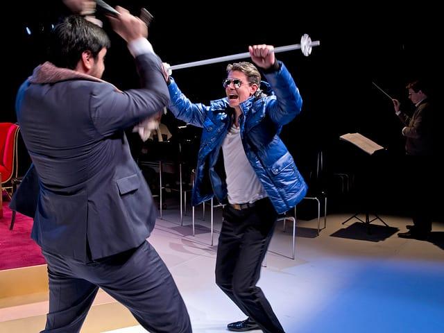 Don Giovanni bekämpft Commendatore auf der Bühne.