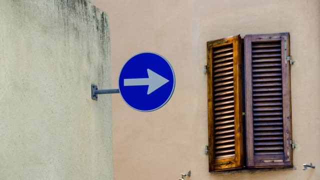 Wand mit Einbanhschild