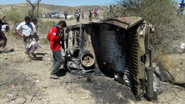 Zerstörtes Auto nach dem Angriff in der Provinz Baida