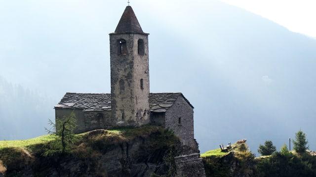 Eine Kirche an einem Felshang.