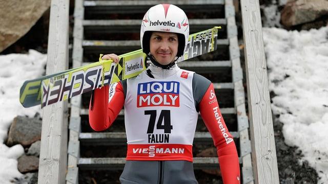 Simon Ammann cun ses skis si dies.