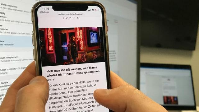 Zwei Hände halten ein Smartphone. Auf dem Bildschirm ist eine junge Frau an der Zürcher Langstrasse zu sehen. Dazu Text.