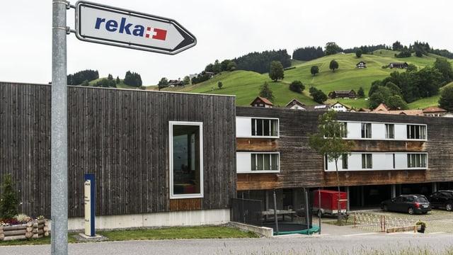 Reka-Schild zeigt auf Haus.