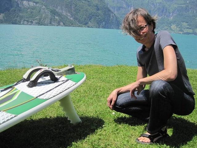Die Bionikern Regine Schwilch mit einem Surfbrett mit ihrer Windsurf-Finne.