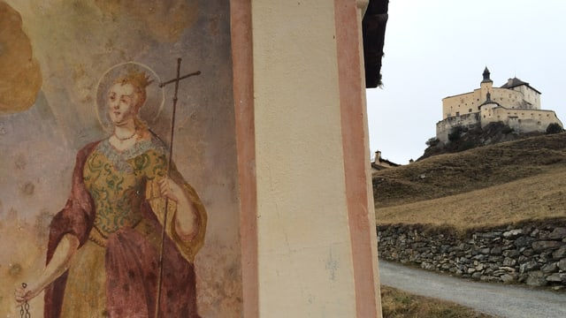 Il chastè da Tarsp e davant ina chapella.