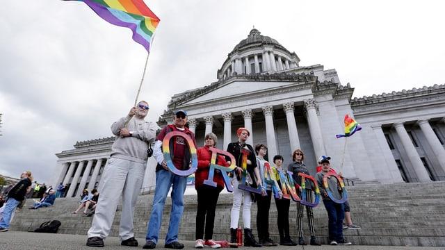 intginas persunas demonstreschan avnat il capitol a Washington