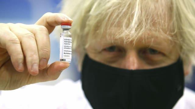 Im Bild: Der britische Premier Boris Johnson mit einer Astra-Zeneca-Ampulle.