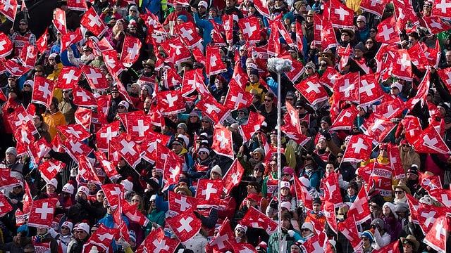 Hunderte Zuschauer wehen Schweizer Fahnen.
