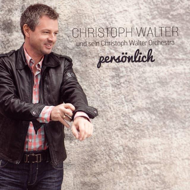 Christoph Walter in Jeans, Hemd und Lederjacke vor einer Mauer auf dem Cover seiner aktuellen CD «persönlich».