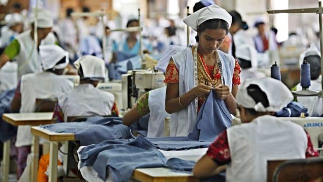 Eine junge Frau arbeitet in einer Textilfabrik in Bangladesch. (reuters)