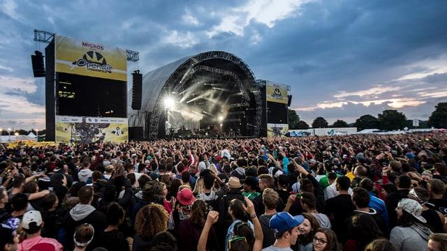 Festivalbesucher vor der grossen Open Air-Bühne.