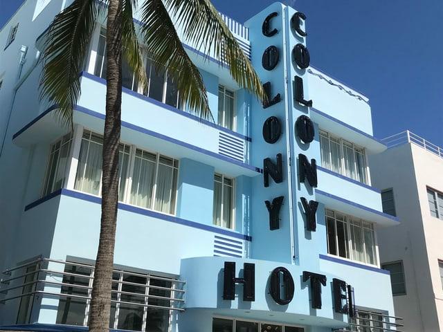 Hellblaue Hotelfassade
