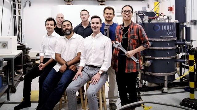 Eine Gruppe von Männern im Labor.