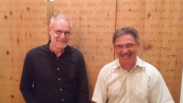 Heiner Hochreutener (san.) ed Edi Crameri, il president dal club da curling, sa legran sin la nova stagiun da curling a Flem.