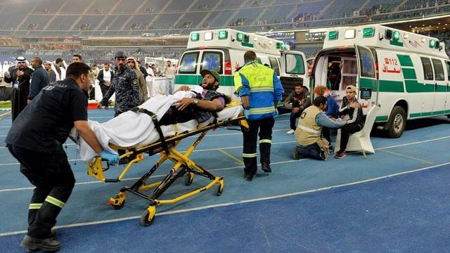 Ein Verletzter wird abtransportiert.