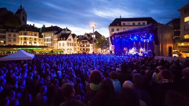 Der Barfüsserplatz am Abend mit einer Bühne und vielen Zuschauern.