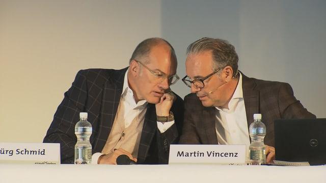 Jürg Schmid e Martin Vincenz sesan davos ina maisa e discurran