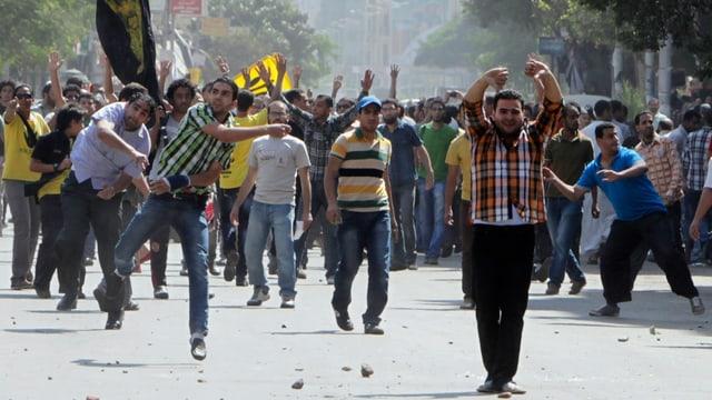 Demonstranten werfen Steine
