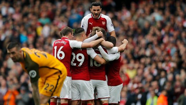 Die Arsenal-Spieler nejubeln einen Treffer.