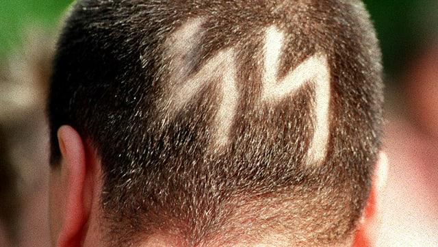 Auf einem Hinterkopf ist das SS-Symbol rasiert