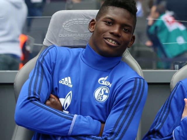Embolo sitzt auf der Bank im Traininganzug.