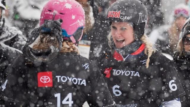 Purtret da duas snowboardistas en la naiv.