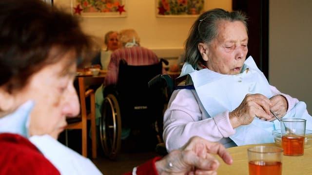Zwei Seniorinnen warten auf das Mittagessen.