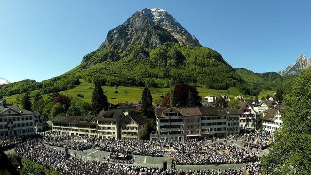 Politik und Tradition vereint: Die Landsgemeinde in Glarus ist eine jahrhundertealte Tradition.