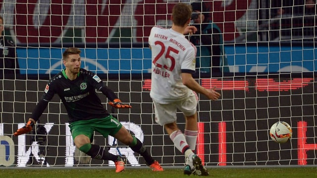 Thomas Müller bezwingt Ron-Robert Zieler mittels Penalty