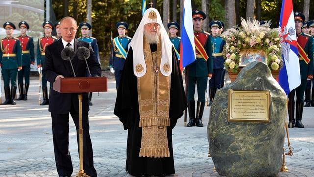 Der russische Präsident Wladimir Putin steht neben dem russischen Patriarchen Kirill.