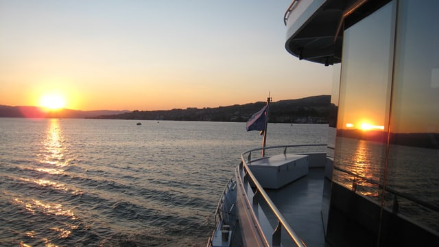 Ein Sonnenuntergang auf dem See, fotografiert vom Schiff aus.