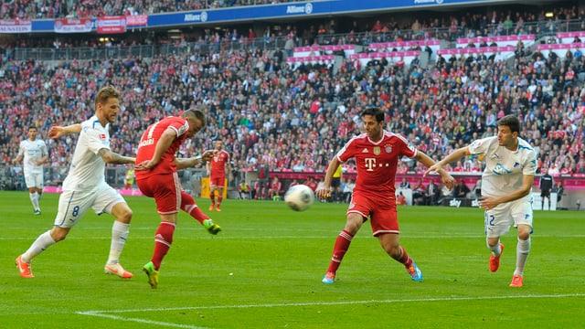 Xherdan Shaqiri (2. v. l.) erzielte gegen Hoffenheim sein 6. Tor in der laufenden Meisterschaft.