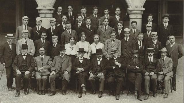 Klassenfoto in Schwarzweiss
