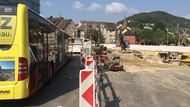 Bus neben Baustelle im Stillstand.