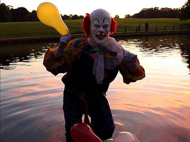 Clown in Wasser stehend