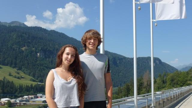 Fotografia da Leonora e Livio Loher sin la terrassa dal Center da formaziun Surselva.