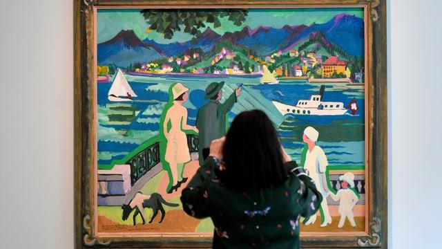 Eine Frau betrachtet ein Bild im Zürcher Kunsthaus