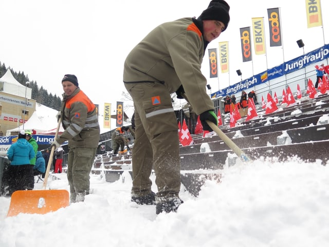 Männer schaufeln Schnee