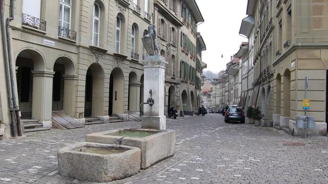 Berner Junkerngasse mit Brunnen.