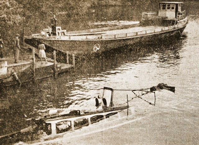 Alte Fotographie in sepia von einem gesunkenen Schiff