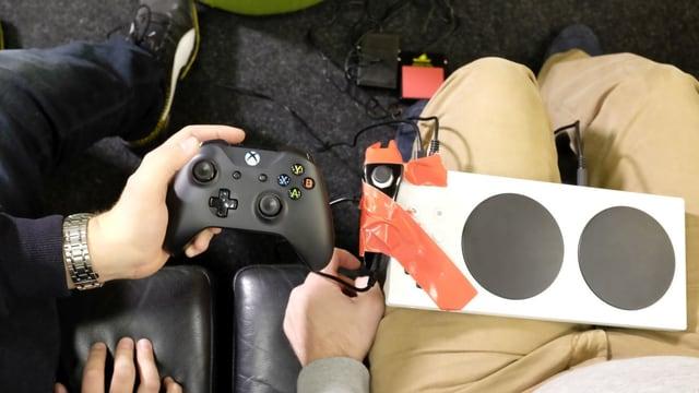 Gewöhnlicher und Xbox-Adaptive Controller.