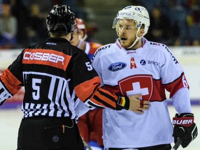 Christoph Bertschy im Gespräch mit dem Schiedsrichter