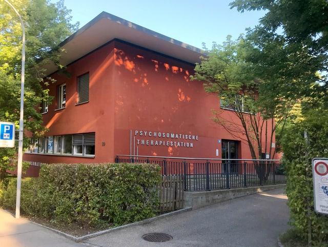 Das rote Gebäude der Therapiestation