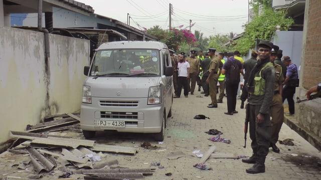Polizia avant ina chasa destruidi da Sri Lanka.