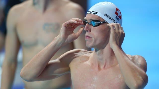 Jérémy Desplanches richtet an einem Wettkampf in Kasasn seine Brille.