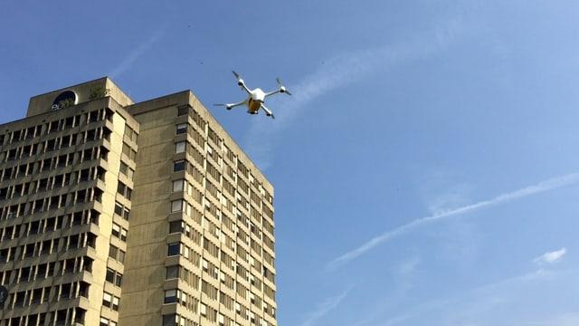 La drona da la Posta che sgola dad ospital ad ospital.