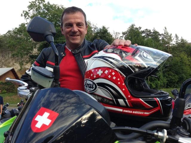 Wobmann posiert mit seinem Töff und einem Schweizer Kreuz vorne drauf.