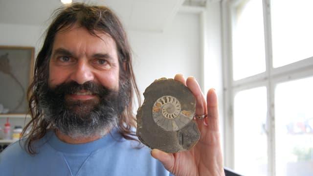 Bernhard Hostettler mit einem versteinerten Tintenfisch.